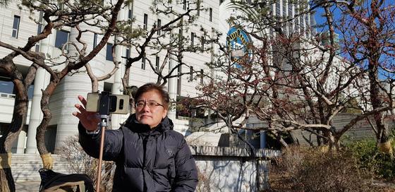 """기존 언론이 방송하지 않는 탄핵 관련 재판을 특화해 보도해온 '서초동 법원 이야기'의 유튜버 염순태(59)씨는 """"수천명의 시청자에게라도 숨겨진 진실을 전할 때 내가 살아 있음을 느낀다""""고 말했다. 장세정 기자"""