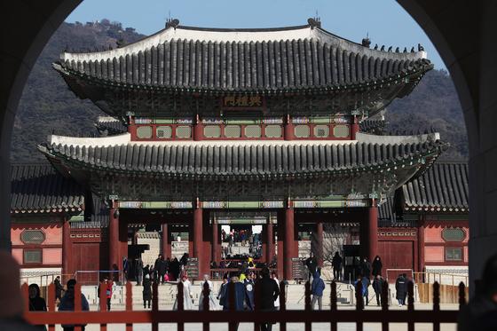 새해 첫날인 1일 오전 서울 경복궁에서 시민과 외국인 관광객들이 관람을 하고 있다. [연합뉴스]