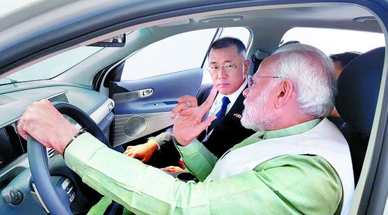 '한-인도 비즈니스서밋'에서 정의선 현대차 부회장이 모디 인도총리와 수소전기차(넥쏘)에 함께 탑승했다. [사진 주한인도대사관 트위터]