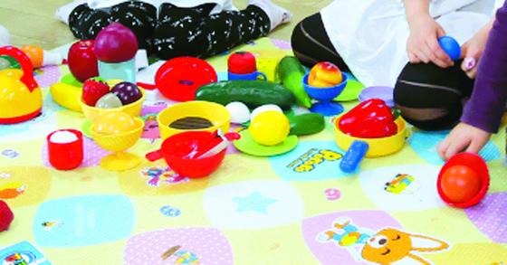 보육시설에서 장난감을 가지고 노는 아이들 이미지. 사진은 기사와 관계 없음.[중앙포토]