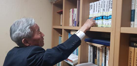 서울 공릉동 자택에서 자신의 저서를 설명하고 있는 김승곤 건국대 명예교수. 손국희 기자