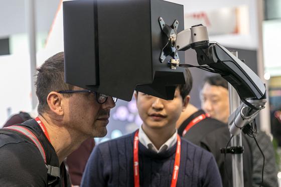 MWC2018에서 공개했던 레티널의 스마트 렌즈