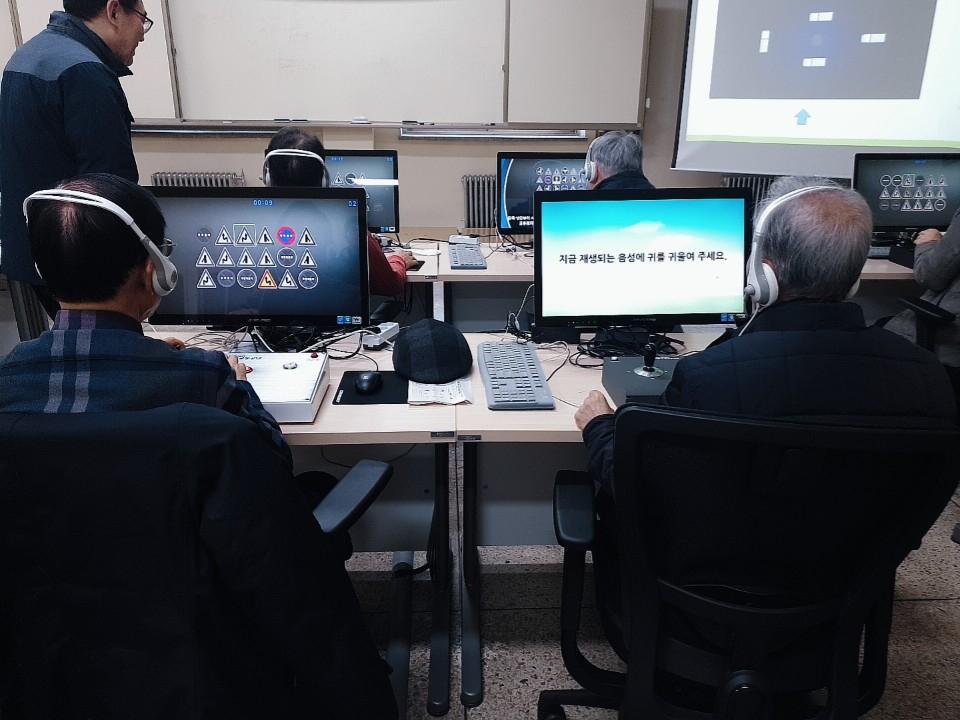 7일 서울 강남운전면허교육장에서 고령운전자 교통안전교육 참가자들이 기초 인지능력 검사를 받고 있다. 이가영 기자