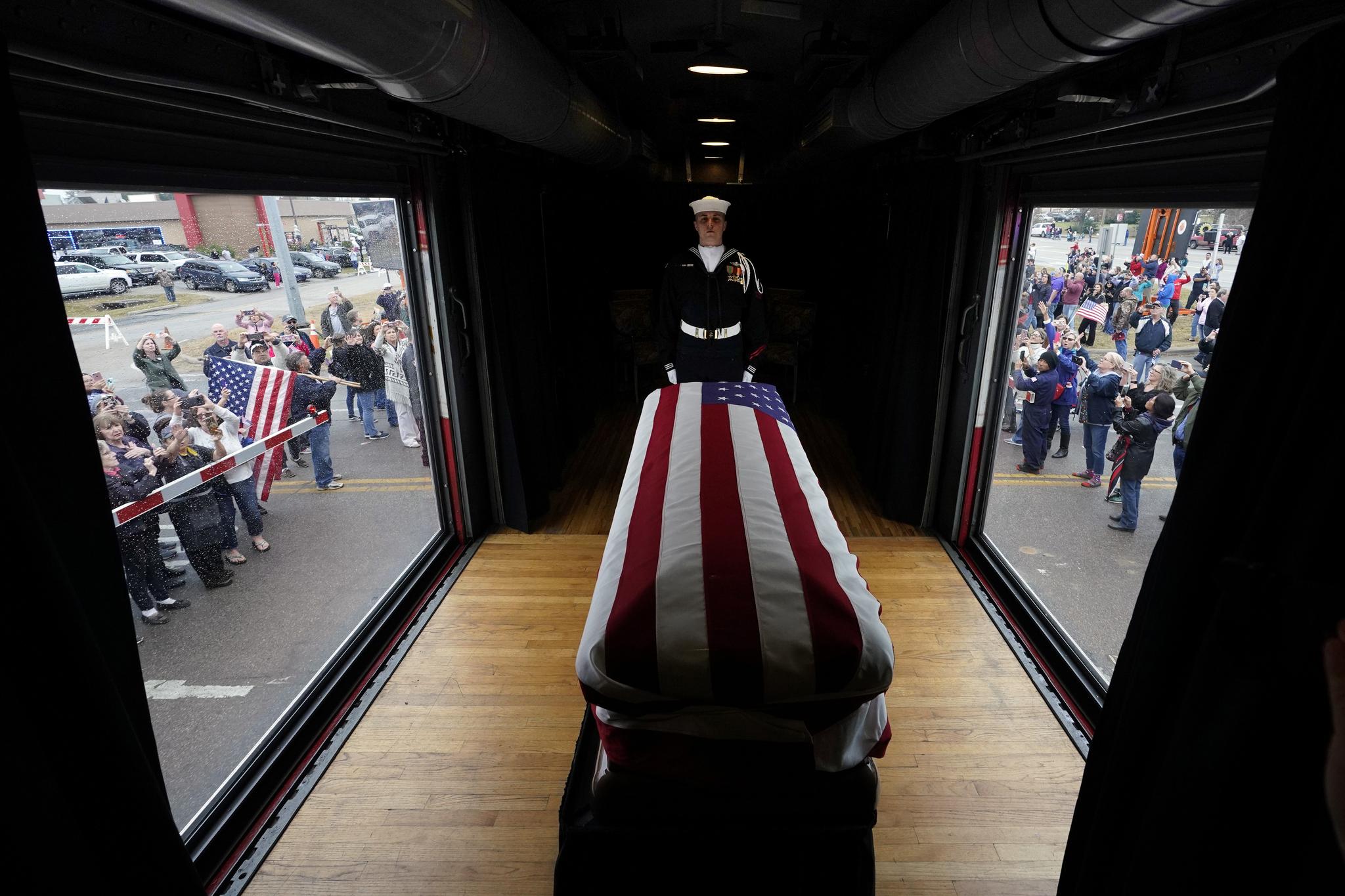 2018년 12월6일 성조기로 감싼 조지 H.W. 부시 전 대통령의 관이 열차에 실려 텍사스 매그놀리아를 지나고 있다. [AP=연합뉴스]