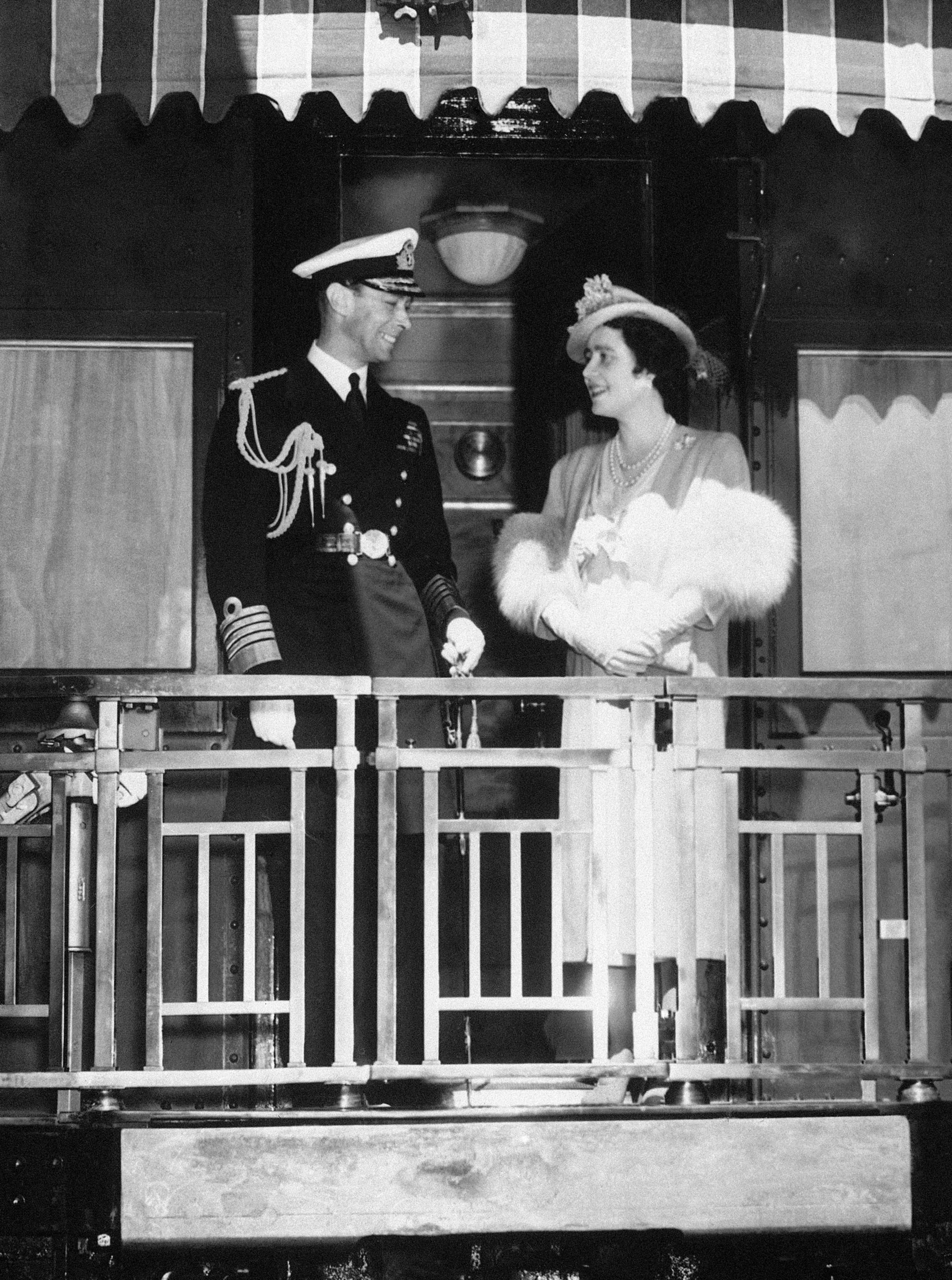 영국 왕 조지 6세와 엘리자베스 여왕이 1939년 5월23일 왕립 열차를 타고 캐나다 퀘벡에서 몬트리올과 서쪽 해안으로 가는 도중 열차 후미에 나와 이야기를 하고 있다. [AP=연합뉴스]