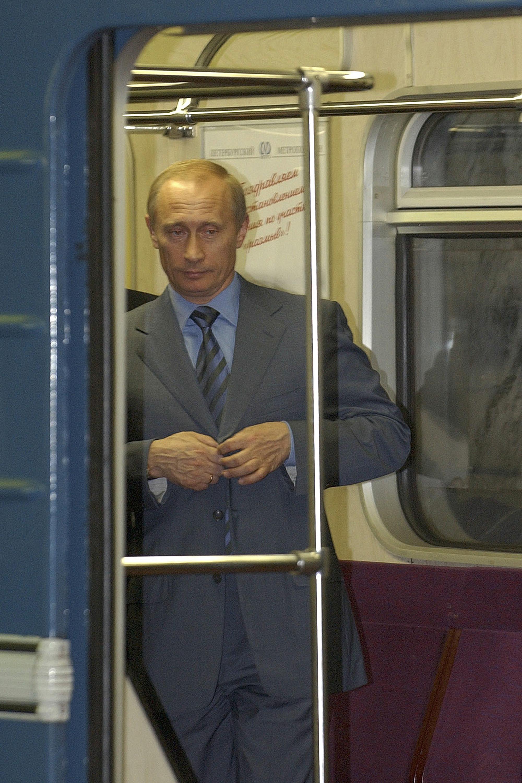 블라디미르 푸틴 러시아 대통령이 2004년 6월 26일 지하철 복원 개통 행사에 참석하기 위해 상트페테르부르크역에 도착해 지하철에서 내리고 있다. [AP=연합뉴스]