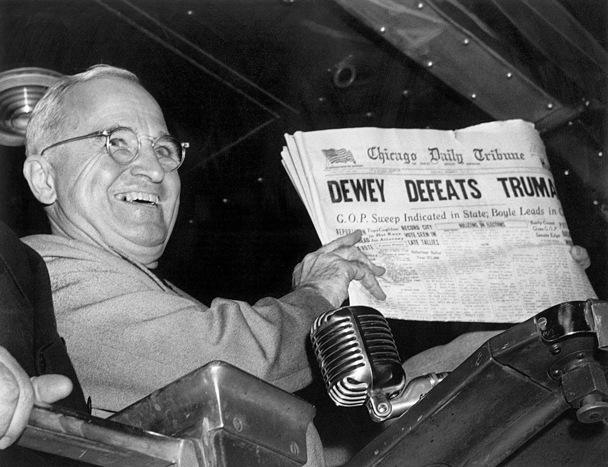 미국 해리 트루먼 대통령이 1948년 11월4일 세인트 루이스 유니언 역에서 선거일 시카고트리뷴 신문을 들고 웃고 있다. [AP=연합뉴스]