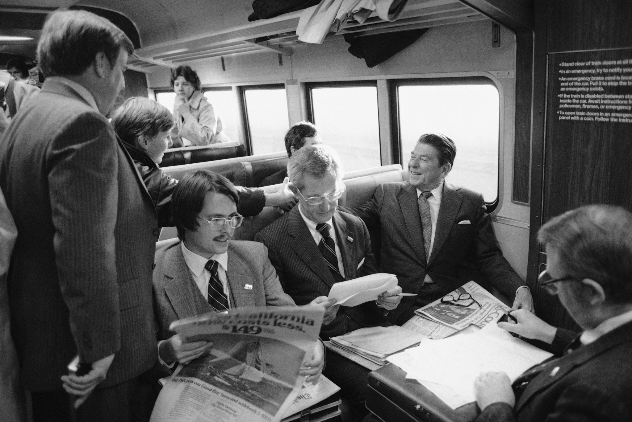 미국 로널드 레이건 공화당 대통령 후보가 1980년 3월 19일 열차를 타고 코네티컷 주 뉴헤이븐에서 뉴욕 그랜드 센트럴역으로 통근하는 사람들과 악수하고 있다. [AP=연합뉴스]