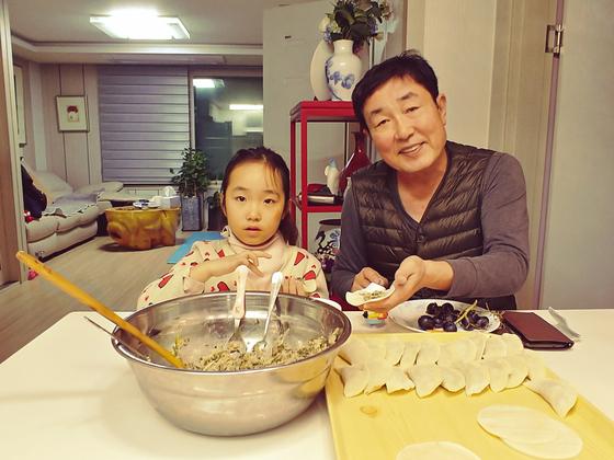 손녀와 함께 만두를 빚고 있는 모습. 만두나 육원전 등과 같이 음식을 만든다는 것은 가족 간 유대감 증진은 물론 어린이의 정서를 함양한다. [사진 민국홍]