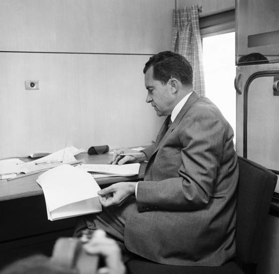 미국 리차드 닉슨 부통령이 1960년 10월 25일 선거 캠페인을 위해 오하이오주로 이동하며 열차에서 연설문을 보고 있다. [AP=연합뉴스]
