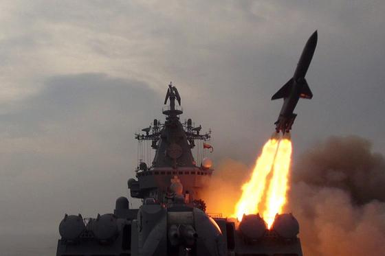 러시아 해군 순양함 바리야그에서 발사되는 샌드박스 초음속 대함미사일. [사진 러시아 국방부]