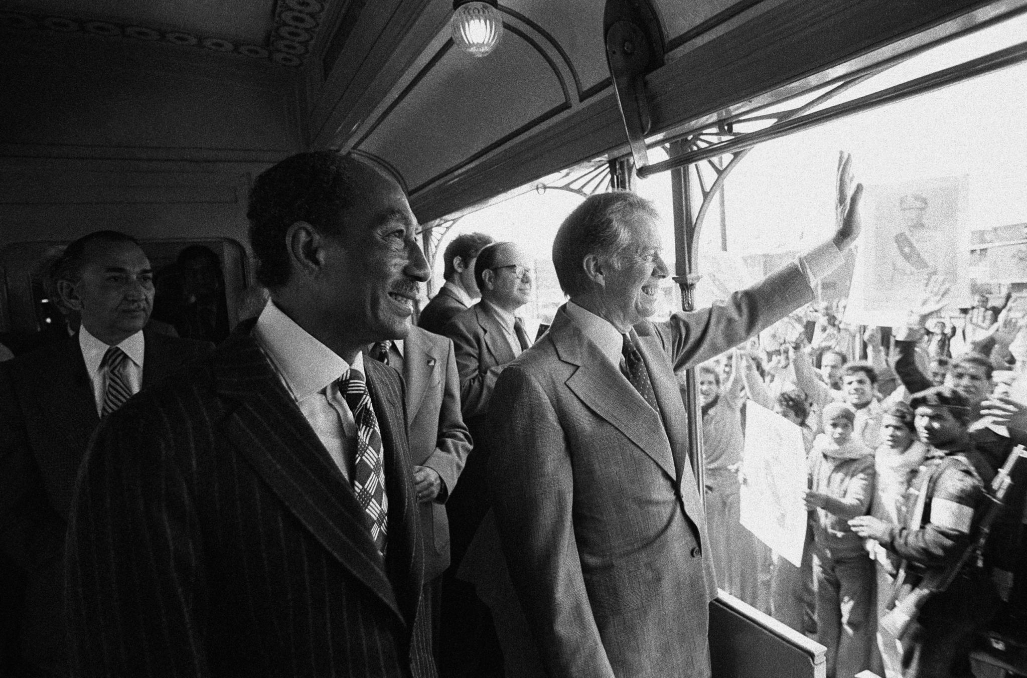 지미 카터 미국 대통령이 1979년 3월 9일 이집트 카이로에서 알렉산드리아로의 기차 여행 도중 반하에서 군중들에게 손을 흔들고 있다. [AP=연합뉴스]