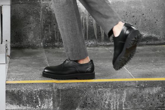 비장애인이 구두를 착용한 모습. [사진 라이크썸모어]