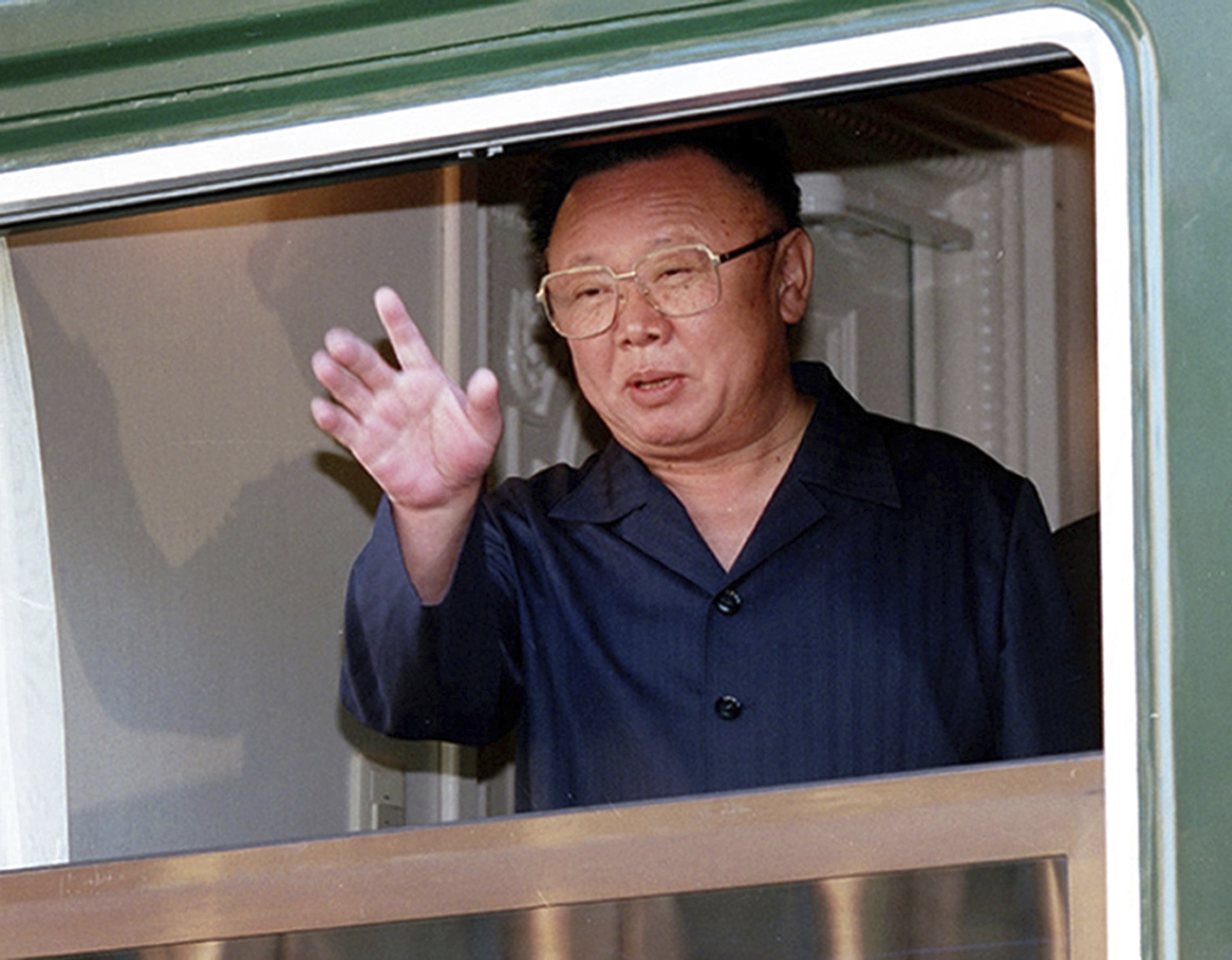 김정일 국방위원장이 2002년 8월 20일 러시아 하산역에서 열차 창문을 통해 손을 흔들고 있다. [AP=연합뉴스]