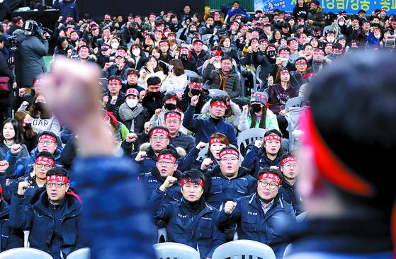 KB국민은행이 19년 만에 총파업에 나선 8일 서울 잠실학생체육관에 모인 노조원들이 총파업 선포식을 하고 있다. 이날 파업 선포식에는 전국에서 주최 측 추산 9000여 명이 참여했다. [뉴스1]