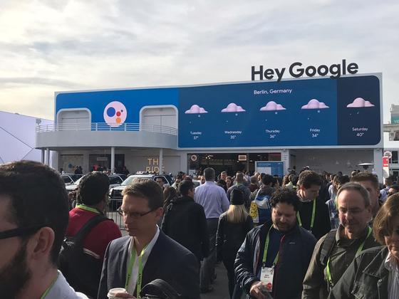 """[CES 2019] """"헤이 구글"""" 뒤덮인 라스베이거스, 애플은 디스 광고로 맞불"""