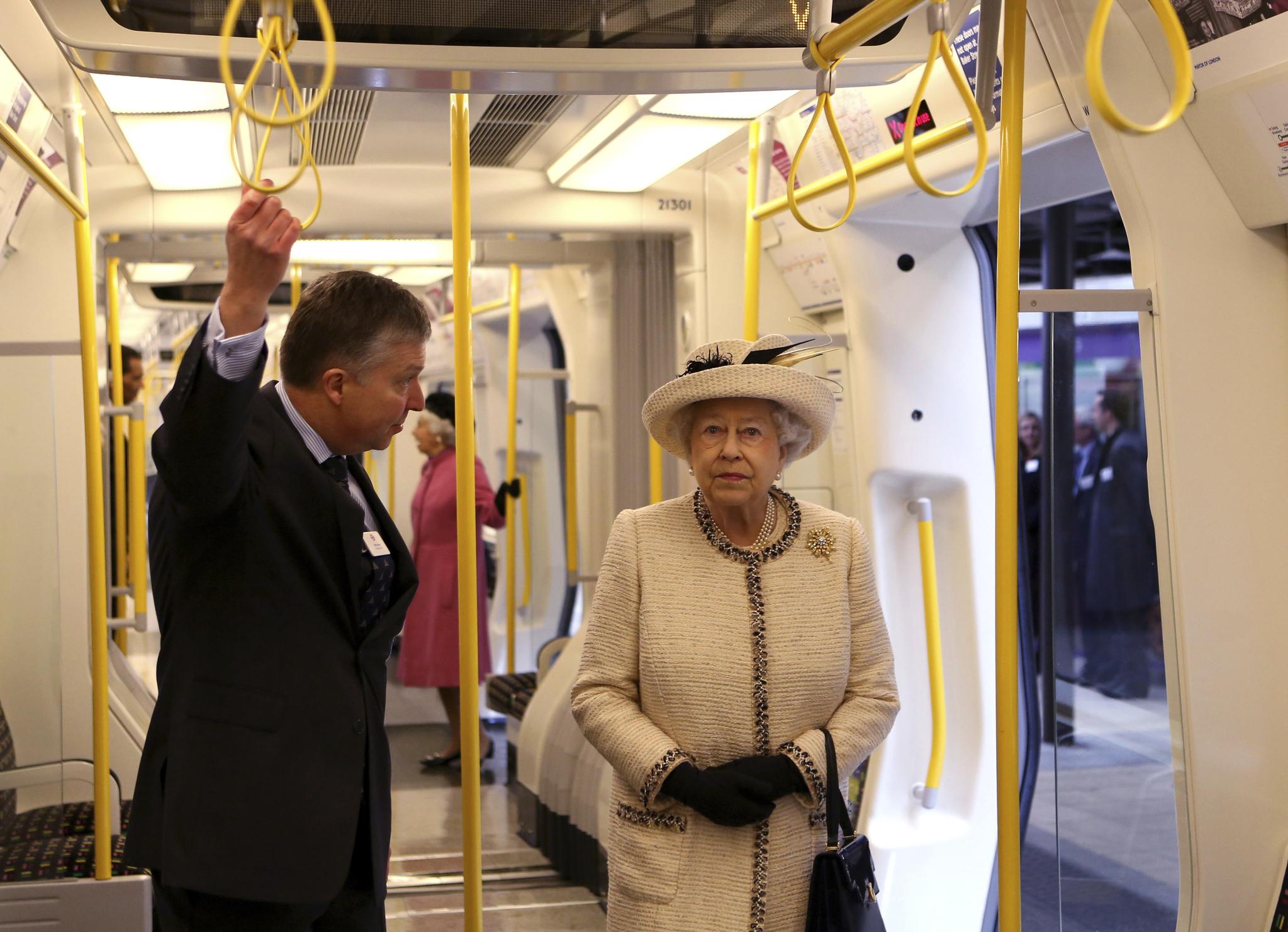 영국 여왕 엘리자베스 2세가 2013년 3월20일 런던 베이커 스트리트 지하역 150주년 기념행사를 위해 정차된 지하철에 탑승해 둘러보고 있다. [AP=연합뉴스]