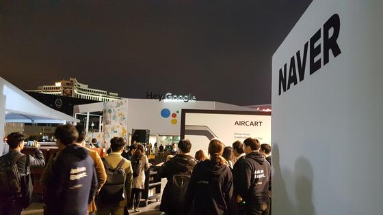 8일(현지시간) 개막한 CES에서 네이버는 라스베이거스컨벤션센터(LVCC) 센트럴 홀 앞 외부 행사장인 센트럴 플라자에 부스를 설치했다. 네이버의 부스 맞은편엔 구글의 부스가 있다.