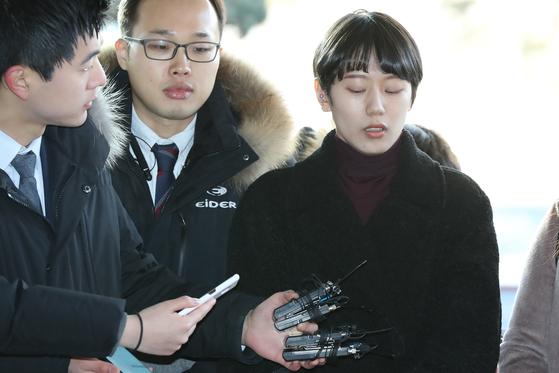 '비공개 촬영회'를 폭로한 유튜버 양예원이 구속기소된 촬영자 모집책 최모(46)씨의 선고공판이 열린 9일 오전 서울 마포구 서부지법으로 들어서며 취재진의 질문을 받고 있다. [연합뉴스]