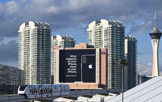 헤이 구글이 적힌 모노레일이 지나가는 길목에 설치된 애플의 초대형 옥외 광고판. [AFP=연합뉴스]