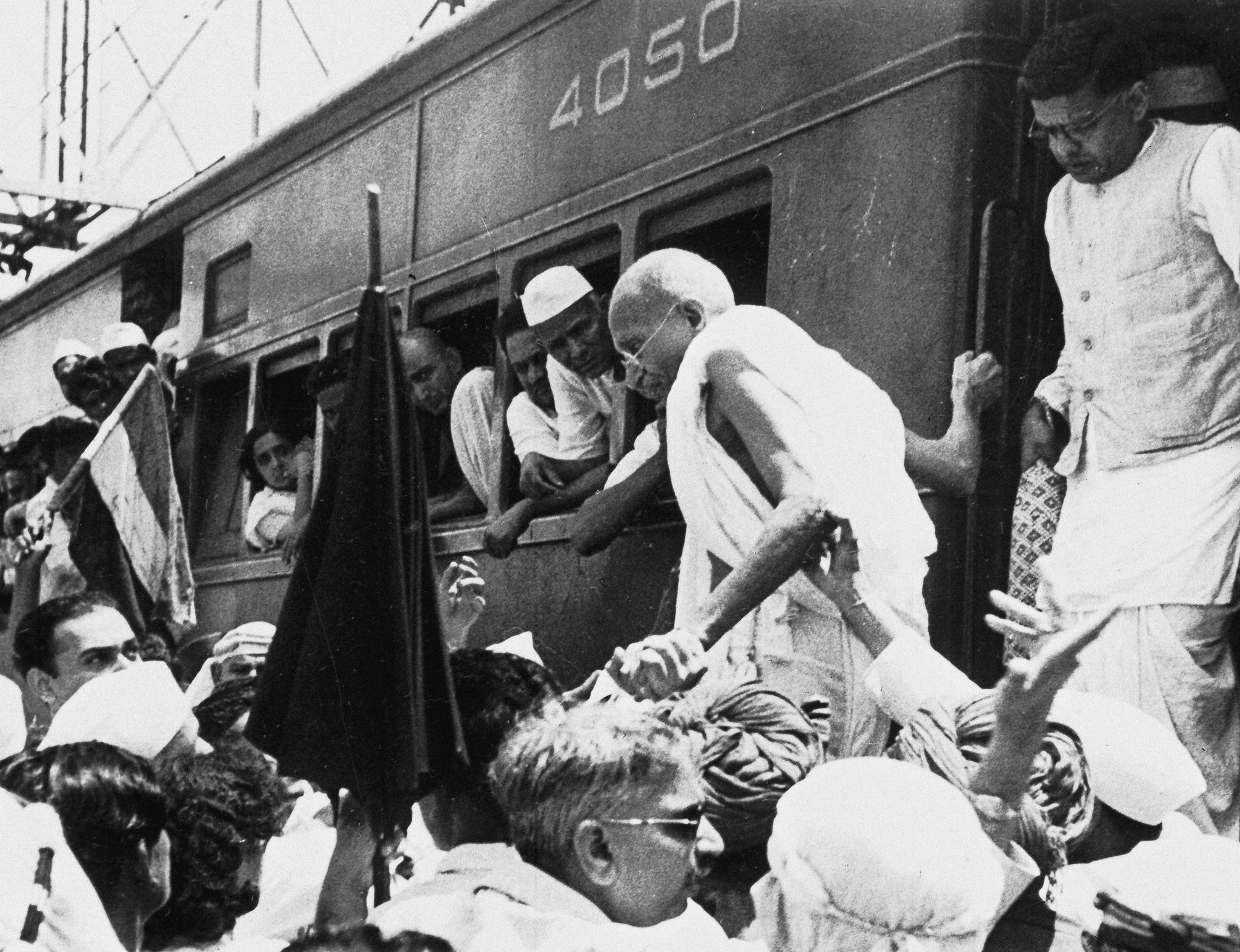 인도 마하트마 간디(가운뎨)가 1944년 10월5일 무하마드 알리 진나 무슬림 연맹 지도자와의 회담을 위해 봄베이에 도착해 열차에서 내리고 있다. [AP=연합뉴스]