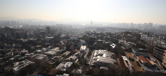 표준 단독주택 공시가격이 많게는 50% 넘게 뛸 것으로 예상되면서 아파트 공시가격도 대폭 오를 전망이다. 사진은 서울 용산에 많은 고급 단독주택들.