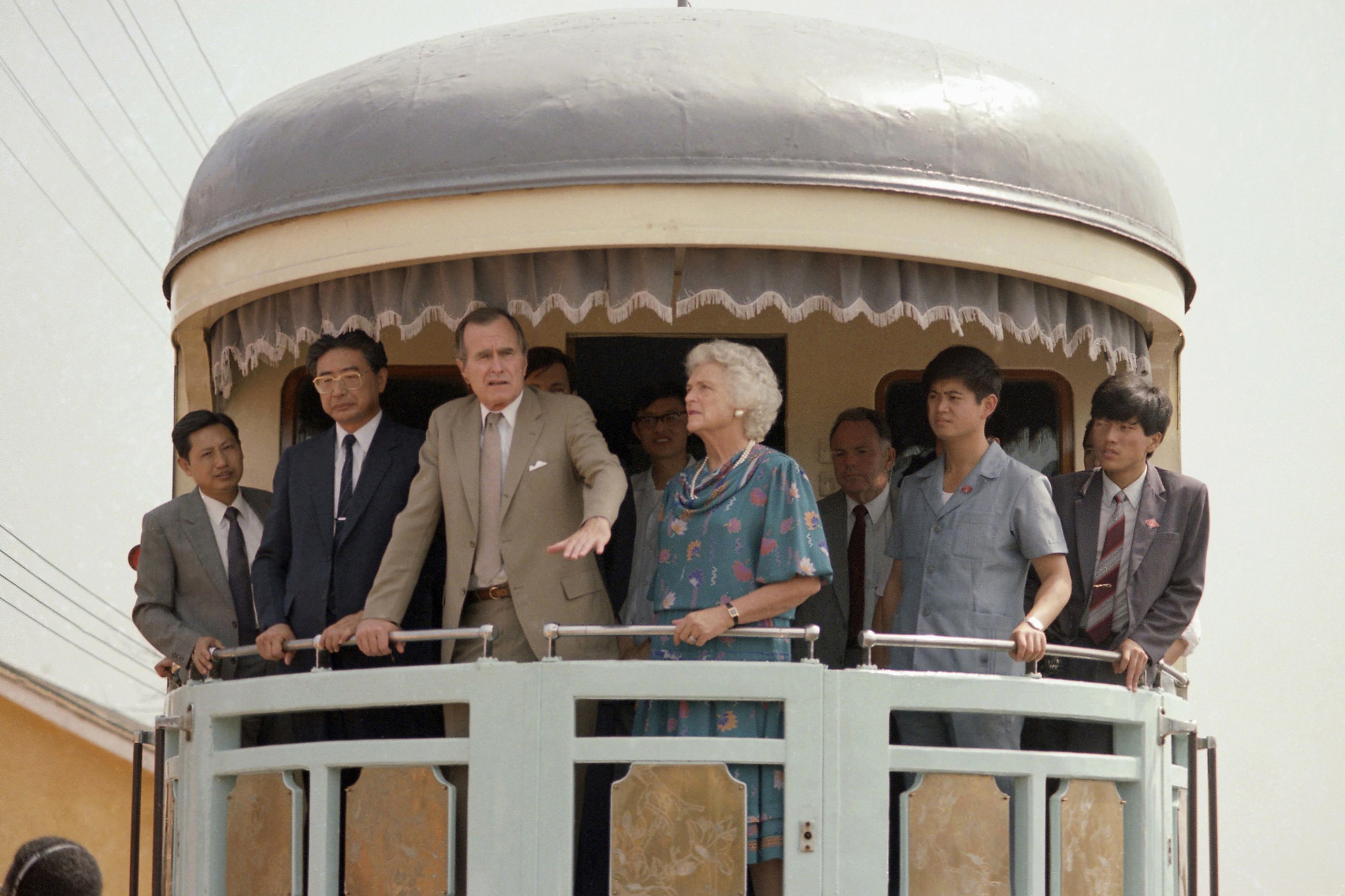 미국 조지 부시 부통령과 바바라 여사가 1985년 10월13일 중국 방문 기간중 광둥성에서 심천 경제특구로 가는 특별열차 뒤편에 탑승해 있다. [AP=연합뉴스]