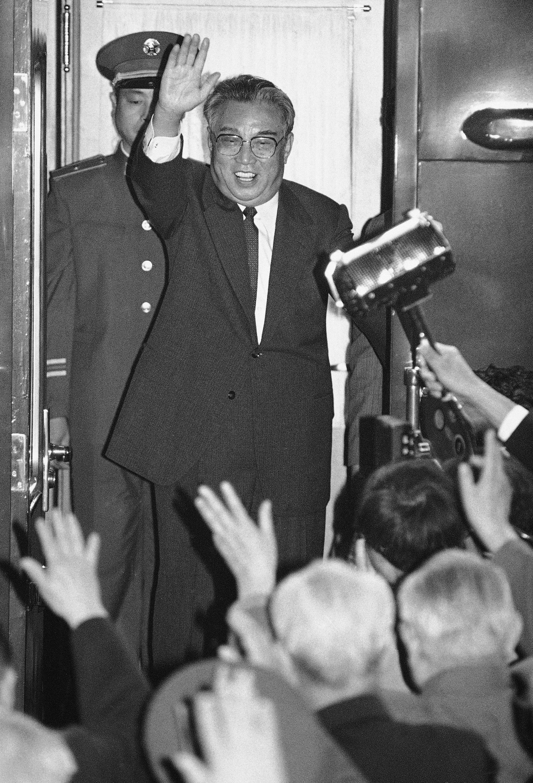 김일성 주석이 1987년 5월 24일 방중기간 특별 열차편으로 중국 베이징에서 텐진항으로 출발하며 환송객들에게 손을 흔들고 있다. [AP=연합뉴스]