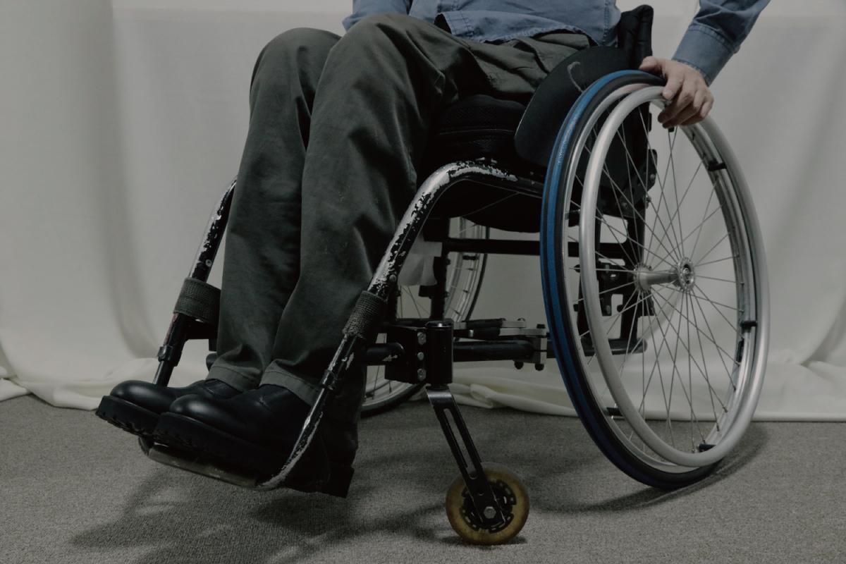 배강열(31) 라이크썸모어 대표가 디자인한 구두를 신은 아버지(57)의 모습. 아버지는 배 대표가 태어나던 해 불의의 사고로 휠체어에 의지해 생활한다. [사진 라이크썸모어]