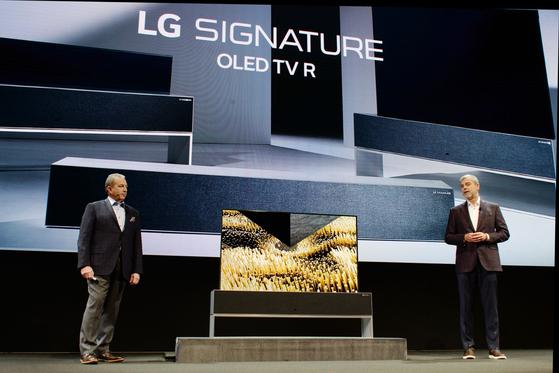 데이빗 반더월 LG전자 미주법인 마케팅 담당 부사장이 신제품 '올레드 롤러블 TV'를 공개하고 있다. [사진 LG전자]
