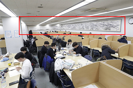 영남대 중앙도서관 지하 열람실에 걸려 있는 낙동강 천리도(붉은 선 안). [사진 중앙포토]