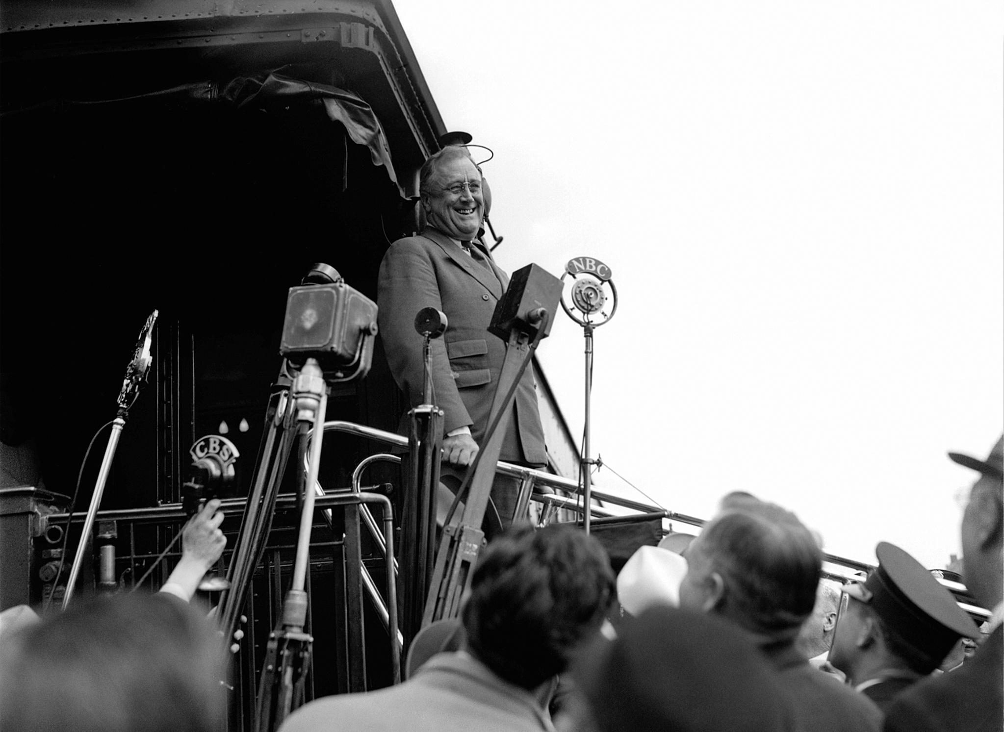 프랭클린 루스벨트 미국 대통령이 1934년 4월13일 워싱턴으로 돌아가는 길에 유니언역에서 환영객들에게 연설하고 있다. [AP=연합뉴스]