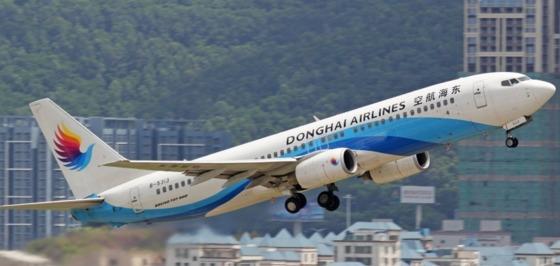 중국 동해항공 소속인 천모 조종사는 지난해 7월 28일 비행기 조종석에 자신의 부인을 태웠다. [동해항공 홈페이지 캡처]