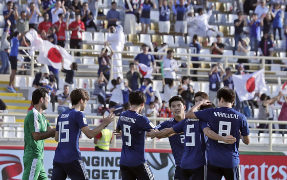 일본 축구대표팀 선수들이 10일 열린 아시안컵 조별리그 1차전 투르크메니스탄과의 경기에서 후반 오사코 유야의 골이 터진 뒤 자축하고 있다. [AP=연합뉴스]