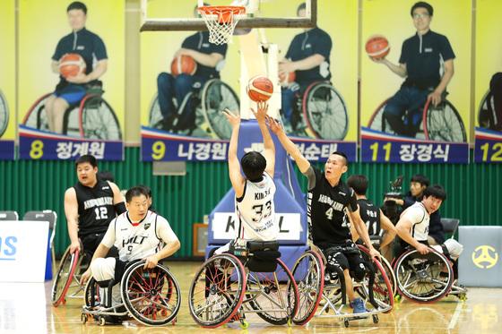 휠체어 농구 경기 모습. [중앙포토]
