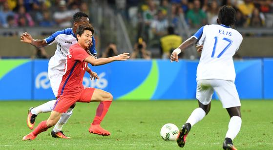 류승우가 2016 리우올림픽 축구 8강전 온두라스와의 경기에서 볼을 다투고 있다. [올림픽사진공동취재단]