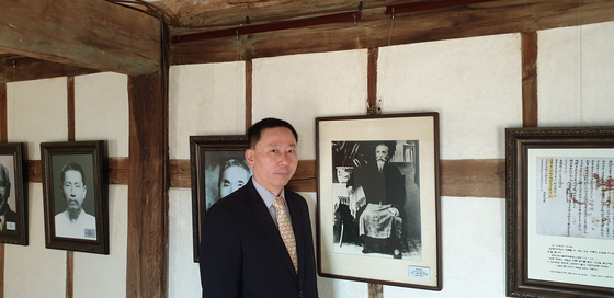 이상룡 임정 국무령의 4대손 이창수씨가 경북 안동의 종택 임청각에 있는 고조부의 사진 앞에 섰다.