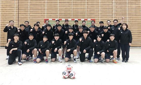 지난달 22일 합동훈련 첫날, 남자 핸드볼 남북 단일팀 선수들이 결의를 다지고 있다. 3주간 호흡을 맞춘 선수들은 스스럼없이 지낸다. 단일팀은 11일 독일과 세계선수권 개막전을 치른다. [사진 대한핸드볼협회]