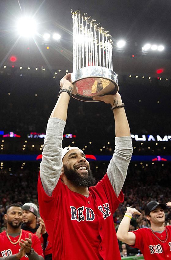 연봉 337억원인 보스턴 투수 프라이스가 월드시리즈 우승 트로피를 들고 있다. [AFP=연합뉴스]