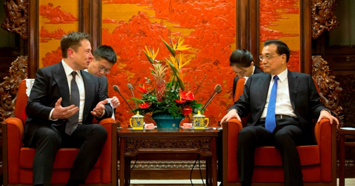 리커창 중국 총리와 일론 머스크 테슬라 최고경영자(CEO)가 10일 인민대회당에서 대화를 나누고 있다. [AFP=뉴스1]