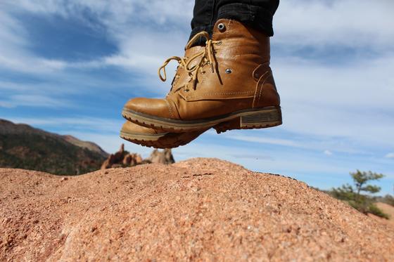 걷는 행위는 하루 중 거의 유일하게 목적이 없는 순간이며 자유를 상징한다. 인간에게는 존재의 목적이라는 것이 정해져 있지 않다. 그것이 의자와 인간의 다른 점이다. [사진 pixabay]