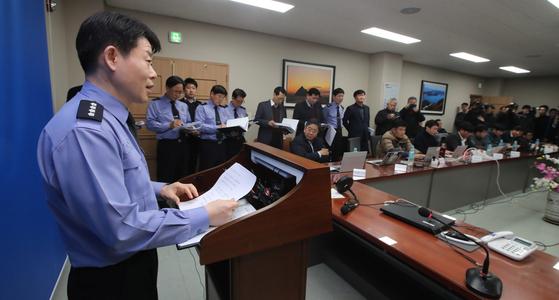 김해철 통영해양경찰서장이 11일 오전 낚시어선 무적호 전복 사고에 대한 브리핑을 하고 있다. 송봉근 기자