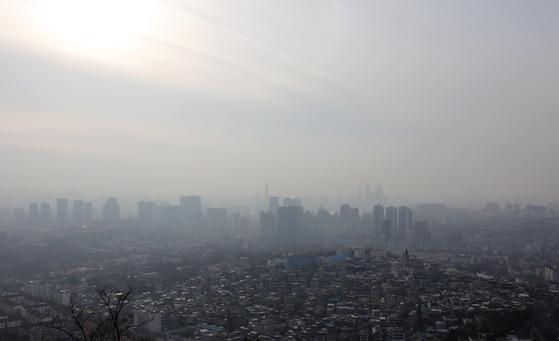 지난 7일 서울 남산에서 바라본 도심이 뿌옇게 흐려져 있다. [뉴시스]