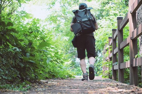 자주 만나는 친구가 어느 날 배우 하정우 씨의 책 『걷는 사람』을 읽었다며 이야기를 해 주었다. 그런데 그 이야기를 들으면서 왜인지 몹시 걷고 싶은 충동을 느끼기 시작했다. [중앙포토]