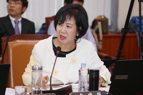 지난해 국정감사에서 선동열 감독에게 질의하는 손혜원 의원. [뉴스1]