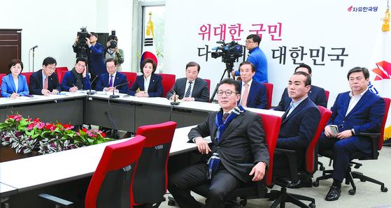 자유한국당 나경원 원내대표(왼쪽 셋째)와 김병준 비대위원장(왼쪽 넷째)을 비롯한 의원들이 10일 오전 문재인 대통령 신년 회견을 시청하고 있다. [오종택 기자]
