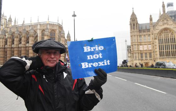영국 국회의사당 밖에서 한 남성이 브렉시트에 반대하는 문구를 들고 서 있다. [EPA=연합뉴스]