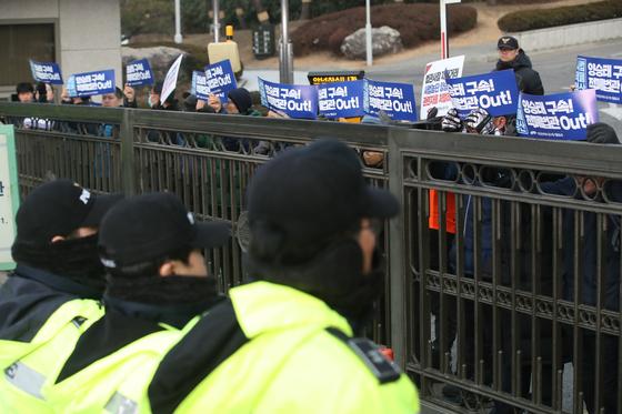 민중당 당원들이 11일 오전 서울 서초구 대법원 앞에서 기자회견을 열고 양승태 전 대법원장의 구속 수사를 촉구하는 구호를 외치고 있다. [뉴스1]