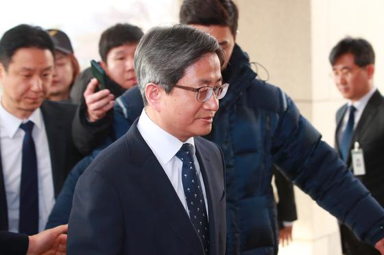 김명수 대법원장이 11일 오전 서울 서초구 대법원으로 출근하고 있다. [연합뉴스]