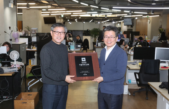 오병상 중앙일보 편집인(오른쪽)과 박승희 편집국장이 네이버에서 보낸 100만 구독자 달성 기념패를 들어보이고 있다. 강정현 기자